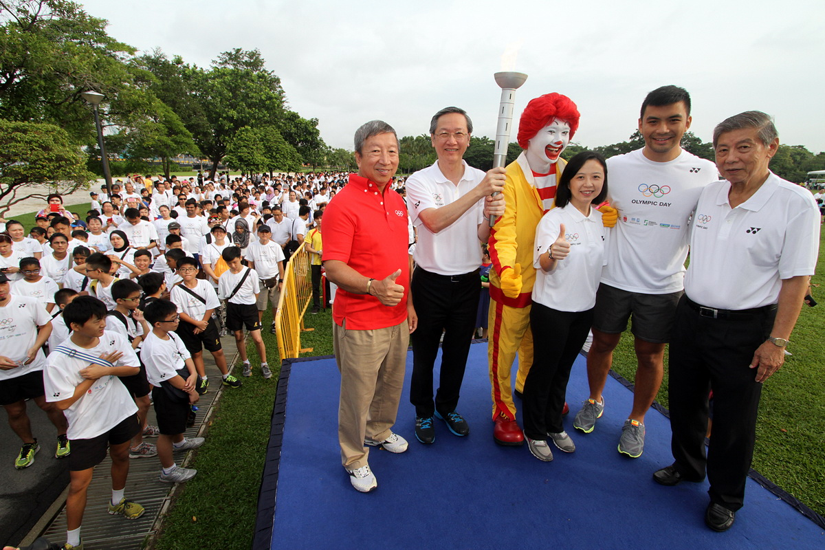 Guest-of-Honour Mr Sam Tan Chin Siong flagged off the 2.6km Olympic Day Run